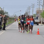 tarsus-half-marathon-2013-leading-pack-and-spectators