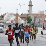 tarsus-half-marathon-2013-leading-pack-through-oldtown