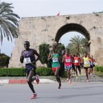 tarsus-half-marathon-2013-runners-through-monument